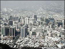 Prédios e casas cobertos de neve em Seul, Coreia do Sul