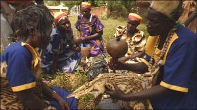 Ex-curandeiros simulam uma cerimônia de iniciação em Lira, no norte de Uganda