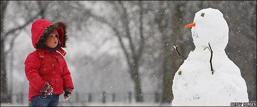 Niño y muñeco de nieve