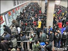 在西安火車站,人們排隊購買春運火車票(新華社資料照片,03/01/2009)