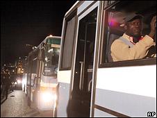 Африканцы покидают Розарино на автобусах