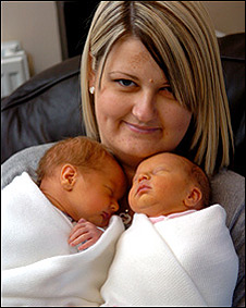 Kelly Bowen com os filhos Ruby and Chaise (foto: Media Wales)