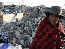 Una mujer recorre, desorientada, las ruinas de su casa tras el temblor en Perú