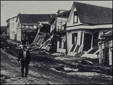 Estragos causados em casas de madeira de boa qualidade por um terremoto em Valdívia, Chile, 1960. (Foto: Pierre St. Amand/US National Oceanic and Atmospheric Administration USA)