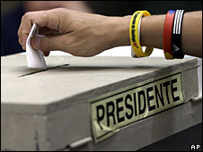 Un chileno votando