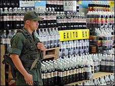Soldado venezuelano em uma loja da rede Exito
