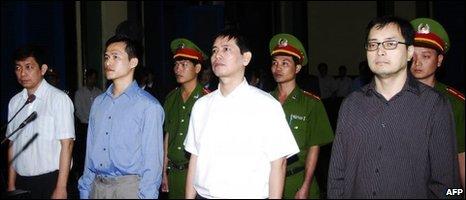 Hình ảnh phiên tòa sơ thẩm (ông Thức ở bìa trái)
