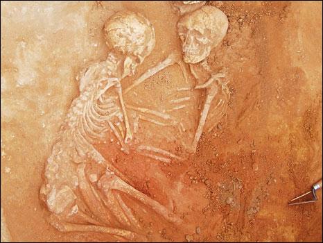Esqueletos encontrados abraçados (Foto: Figlina/Divulgação)