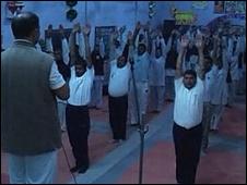 Presos hacen yoga en cárcel de India