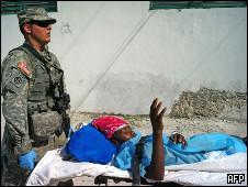 Vítima do terremoto é carregada em maca no Haiti