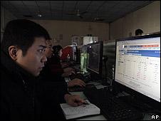Un hombre en internet en un ciber café de Pekín
