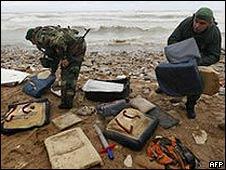 Soldados libaneses buscan entre los escombros del avión