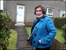 Susan Boyle em frente de casa em Blackburn
