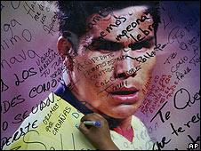 Chica firma poster de el futbolista