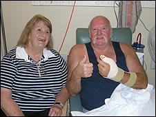 Roslyn (esposa) e Geoff McLaren no hospital de Sydney (imagem: Sydney Hospital)