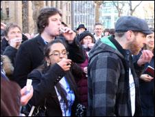 Manifestantes tomam frascos de remédios homeopáticos em Londres. Foto: Cortesia MSS