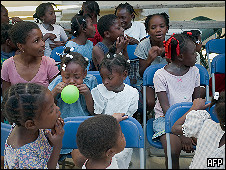 Crianças em orfanato de Porto Príncipe