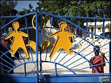 """Un niño en la entrada del SOS Children""""s Village, en las  afueras de Puerto Príncipe"""