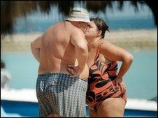 Casal na praia (arquivo)
