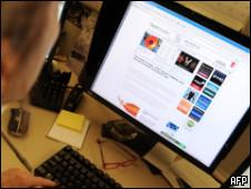 Подросток у компьютера