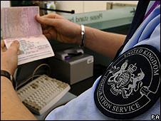 Oficial de inmigración en el aeropuerto de Heathrow, Reino Unido