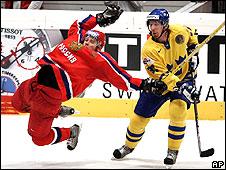 Российский и шведский хоккеисты