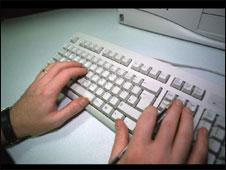 Mãos em teclado de computador (BBC).