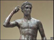 """Estatua de bronce de la antigua Grecia denominada """"Juventud Victoriosa"""""""
