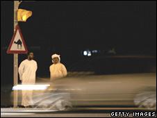 Carro passa em alta velocidade por rua de Dubai (arquivo)
