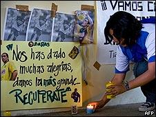 Una fan de Cabañas deja velas en el estadio Azteca de México.