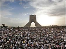 عکس تجمع بزرگ معترضان در میدان آزادی تهران