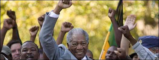 Morgan Freeman con el puño en alto