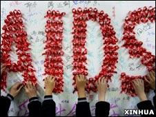 中国小学生用红丝带拼出英文艾滋字样