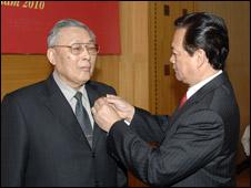 Thủ tướng Nguyễn Tấn Dũng gắn huy hiệu cho Tướng Nguyên