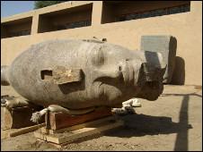 اكتشاف رأس تمثال من الجرانيت لملك فرعوني في الأقصر بجنوب مصر