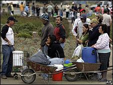 Damnificados chilenos hacen fila para recibir agua en las afueras de Hualpen