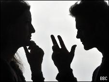 Casal discutindo (Jeff Overs / BBC)