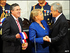 Michelle Bachelet saluda a Sebastián Piñera en su asunción
