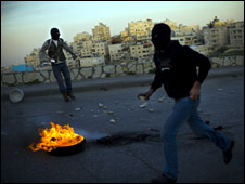 فلسطينيان يشتبكان مع القوات الاسرائيلية في القدس في السادس من مارس