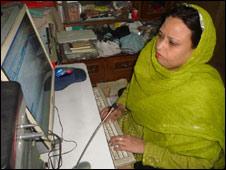 कंप्यूटर देखती महिला