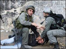 La policía israelí detiene un palestino en el campamento de  refugiados Shu'fat