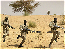 جنود ماليون يتلقون التدريب