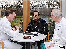 الرئيس حسني مبارك رفقة طبيبين