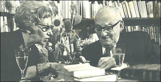 Max Brod és Esther Hoffe Kafka kéziratai fölött