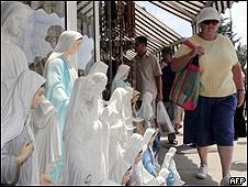 Peregrinos en el pequeño pueblo de Medjugorje, en el sur de Bosnia-Herzegovina.