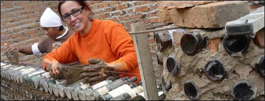 Ingrid Vaca Diez construyendo una casa de botellas