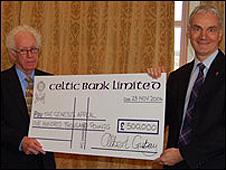 Albert Gubay (esq.) faz doação para organização de caridade em 2006
