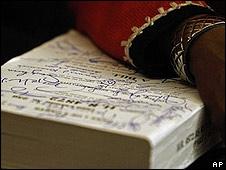 El brazo de la congresista demócrata Sheila Jackson Lee sobre el texto de la reforma autografiado.