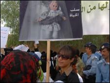 http://www.bbc.co.uk/worldservice/assets/images/2010/03/23/100323113736_yemenwomen_226x170_nocredit.jpg