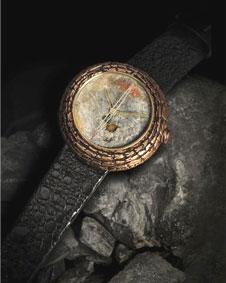 O relógio da marca Artya tem mostrador de fezes fossilizadas de  dinossauro. Foto: Divulgação